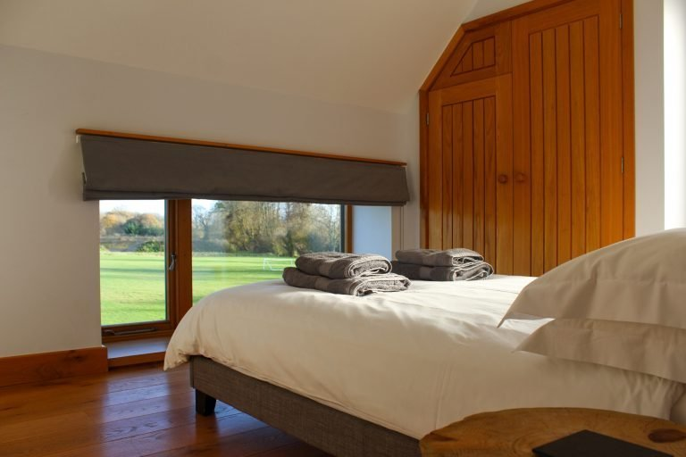 Luxury in the Cotswolds - Bed with Towels